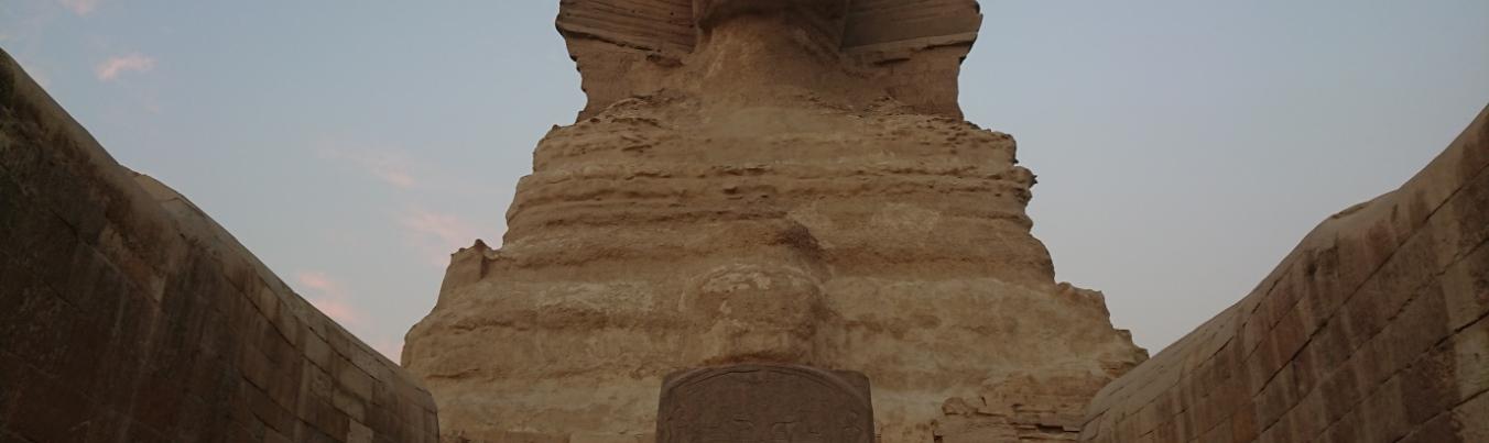 Zu den Füßen der Sphinx